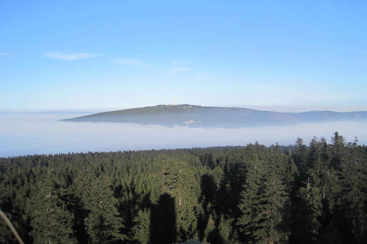 Schneeberg von Ochsenkopf mit Nebelschwaden
